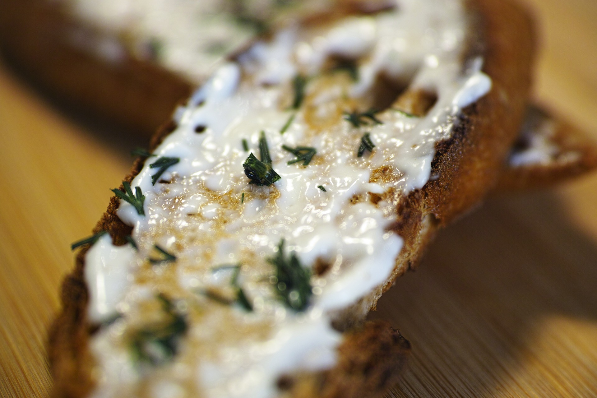 Bruchetta to pyszna, słynna włoska przekąska gotowa w zaledwie kwadrans. Idealnie sprawdzi się również jako lekka kolacja lub śniadanie.